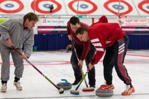 Sportjournalisten von Sportpress-Bern beim Curlingspiel. V.l.n.r: Dieter Stamm, Olivier Winistörfer, Daniel Küenzi. Foto: Daniel Käsermann