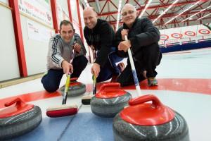 Sportjournalisten von Sportpress-Bern beim Curlingspiel. Die Fotografen Daniel Käsermann, Markus Förster, Max Füri siegen gegen die Journalisten. Foto: Daniel Küenzi